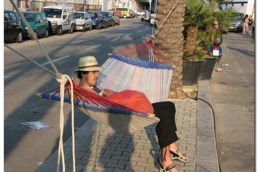 turisti-postavili-mreze-za-spavanje-na-splitsku-rivu-504x335-20070834-20101019004313-25878